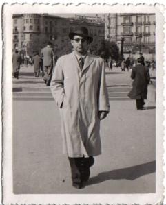 Gómez en la plaza Catalunya de Barcelona, disfrazado de señorito. Archivo de Aquilino