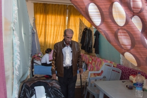 En el monasterio de Marka, en Amán, un anciano lleva un pin con la letra árabe nun que el ISIS dibuja en las casas de los cristianos | Daniel Rivas Pacheco