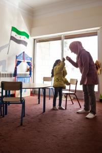 Durante la sesión, los niños desconectan de su rutina como refugiados en un ambiente diseñado para jugar. Javi Julio | Nervio Foto