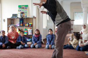 Amer aprovecha también las clases para dar de desayunar a los niños. Javi Julio | Nervio Foto