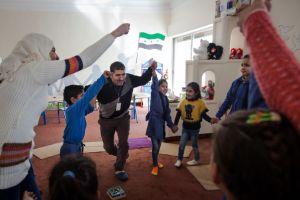 Shafik Amer, propietario de la clínica, trabaja durante sus clases con ayuda de varias voluntarias sirias y jordanas. Javi Julio | Nervio Foto
