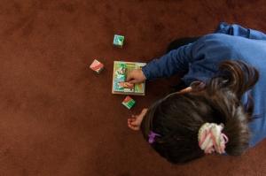 Amer utiliza juegos, como este puzle, para que los niños reaprendan a concentrarse. Javi Julio | Nervio Foto