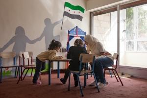 En el fondo de este aula hay una bandera de la Siria revolucionaria para recordar las esperanzas de volver a un país libre. Javi Julio | Nervio Foto